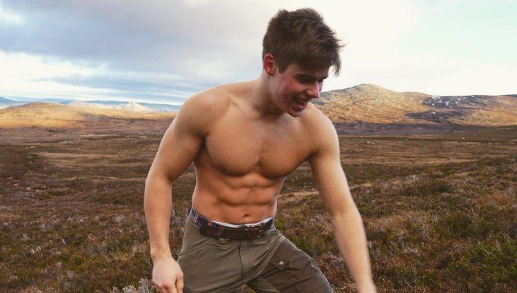 Arthur Chatto luciendo su torso desnudo en las Tierras Altas de Escocia