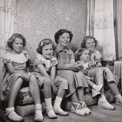 La Reina Juliana de Holanda con las princesas Irene, Margarita, Cristina y Beatriz