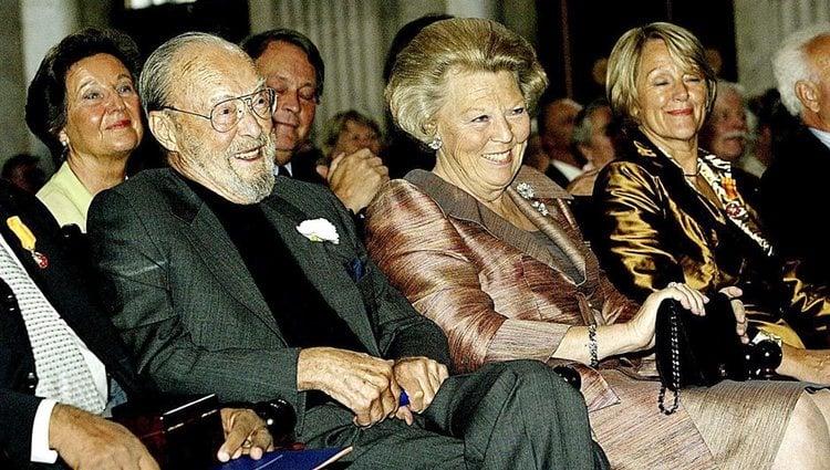 La Reina Beatriz de Holanda junto a su padre, el Príncipe Bernardo