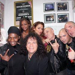 Carolina Sobe, Fortu, Amor Romeira y Liz Emiliano con la banda Obús