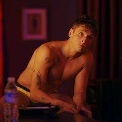Carlos Scholz con el torso desnudo en 'Toy Boy'
