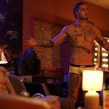 Carlo Constanzia con el torso desnudo en una escena de 'Toy Boy'