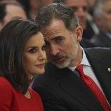El Rey Felipe hace una confidencia a la Reina Letizia en los Premios Nacionales del Deporte 2017