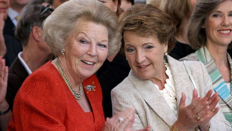 La Reina Beatriz de Holanda y la Princesa Margarita en un acto público