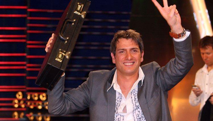 Iván Madrazo con el maletín de ganador de 'GH 10'