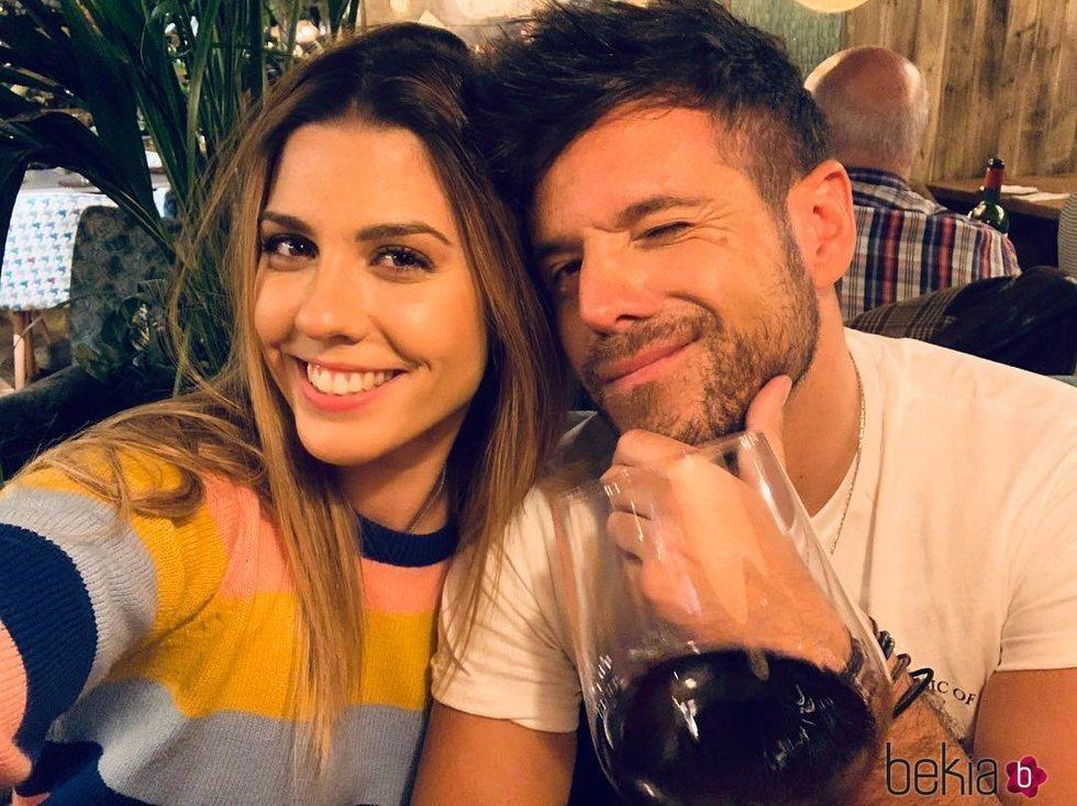 Pablo López y Miriam Rodríguez en un restaurante