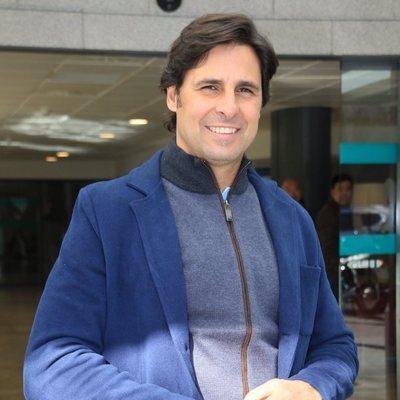 Fran Rivera en la puerta del hospital donde ha nacido su hijo