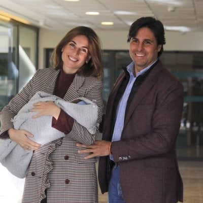 Francisco Rivera y Lourdes Montes en la puerta del hospital