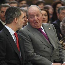El Rey Felipe y el Rey Juan Carlos hablando en los Premios Nacionales del Deporte 2017