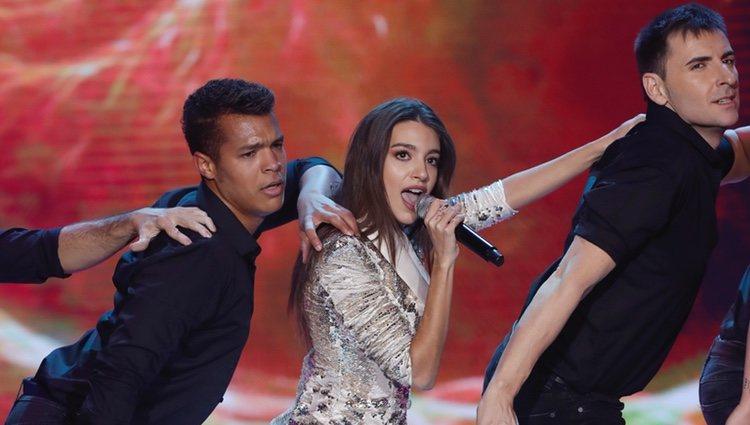 Ana Guerra cantando en los Premios Forqué 2019