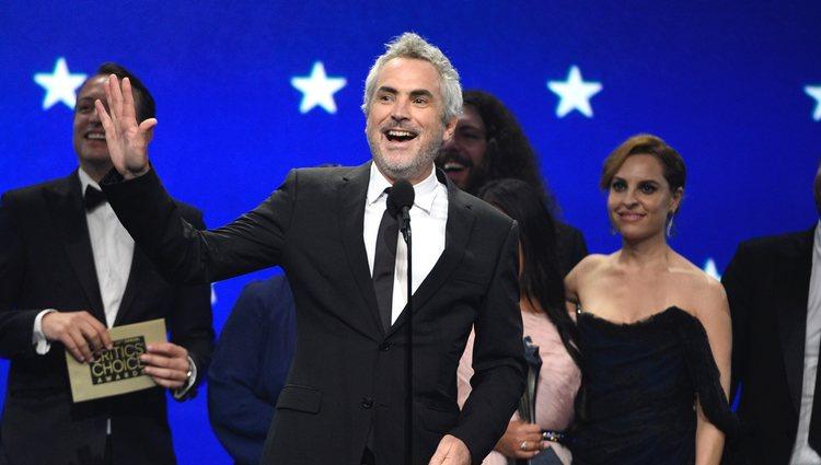 Alfonso Cuarón recogiendo un galardón en los Critics' Choice Awards 2019