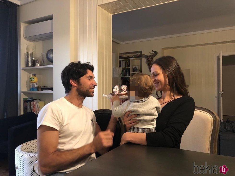 Cayetano Rivera celebrando su cumpleaños con Eva González y su hijo