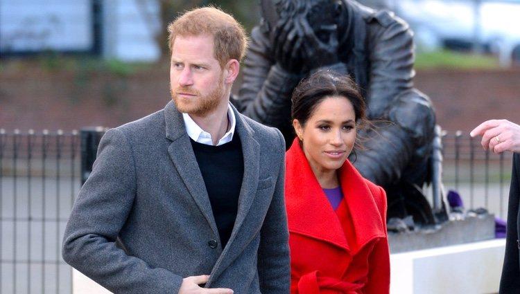 El Príncipe Harry y Meghan Markle durante un acto público en Birkenhead