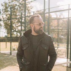 Risto Mejide en una pista de tenis
