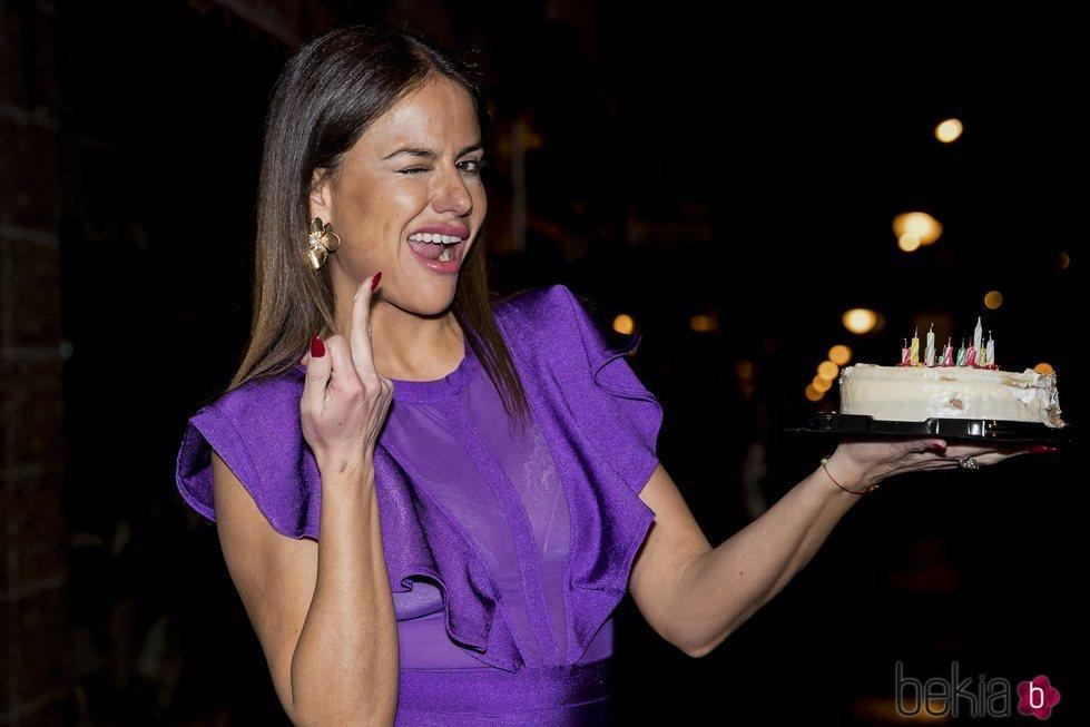 Mónica Hoyos haciendo la peineta en su cumpleaños