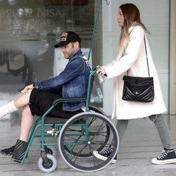 Fonsi Nieto tras su salida del hospital acompañado de su mujer