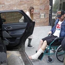 Fonsi Nieto subiendo al coche tras salir del hospital después de su operación en el pie