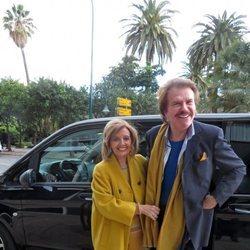 María Teresa Campos posa con Bigote Arrocet en la estación de Málaga