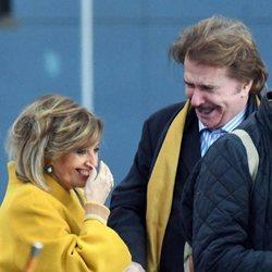 María Teresa Campos y Bigote Arrocet, muy sonrientes en la estación de Málaga