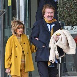 María Teresa Campos y Bigote Arrocet llegando a la estación de Málaga sonrientes