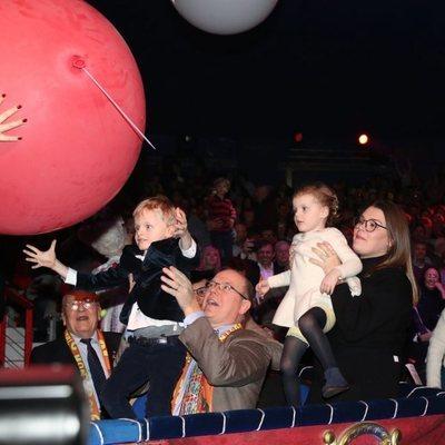Jacques y Gabriella de Mónaco disfrutando de un espectáculo de circo