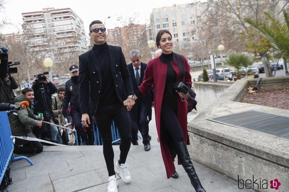 Cristiano Ronaldo de la mano de Georgina Rodríguez llegando a la Audiencia Provincial de Madrid