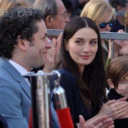 María Valverde con Gustavo Dudamel en el Paseo de la Fama