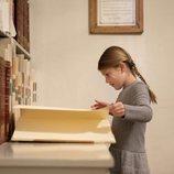 Estela de Suecia leyendo un libro en la Biblioteca Bernadotte