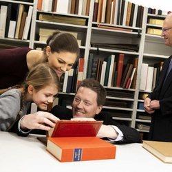 El Rey de Suecia, la Princesa Victoria y Estela de Suecia en la Biblioteca Bernadotte