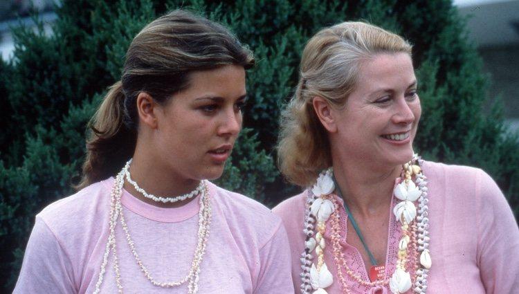 Carolina y Grace de Mónaco durante unas vacaciones en los años 70