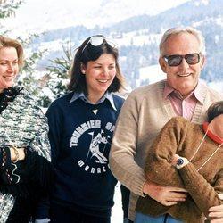 Grace, Carolina, Rainiero y Estefanía de Mónaco durante unas vacaciones en Gstaad