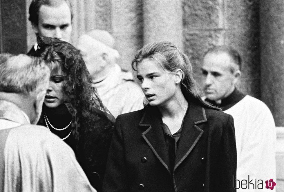 Carolina y Estefanía de Mónaco en la misa por el primer aniversario de la muerte de Grace Kelly