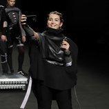 Alba Díaz haciéndose un selfie mientras desfila para Laura Herrero en Madrid Fashion Week