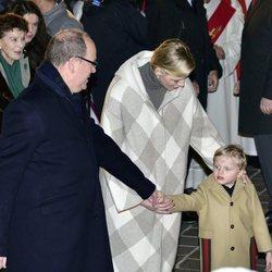 Alberto II, Charlene y Jacques de Mónaco en la celebraciones de Santa Devota
