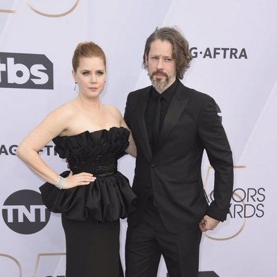 Amy Adams y Darren Le Gallo en el photocall de los SAG 2019