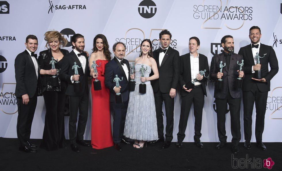 El elenco de 'The Marvelous Mrs. Maisel' con los premios SAG 2019