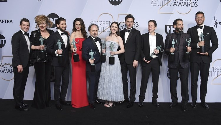 El elenco de 'The Marvelous Mrs. Maisel' con los premios SAG 2019