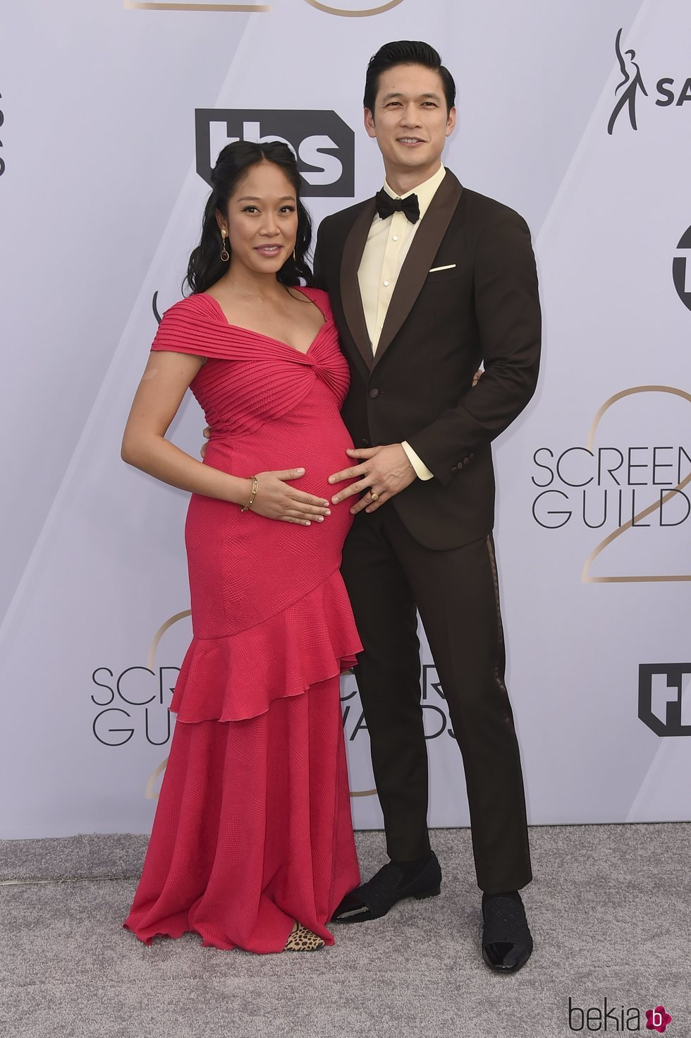 Harry Shum Jr. y Shelby Rabara en los SAG 2019
