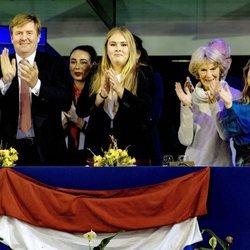 Guillermo Alejandro y Amalia de Holanda con Irene de Holanda y Margarita de Borbón-Parma en el Concurso de Saltos de Amsterdam