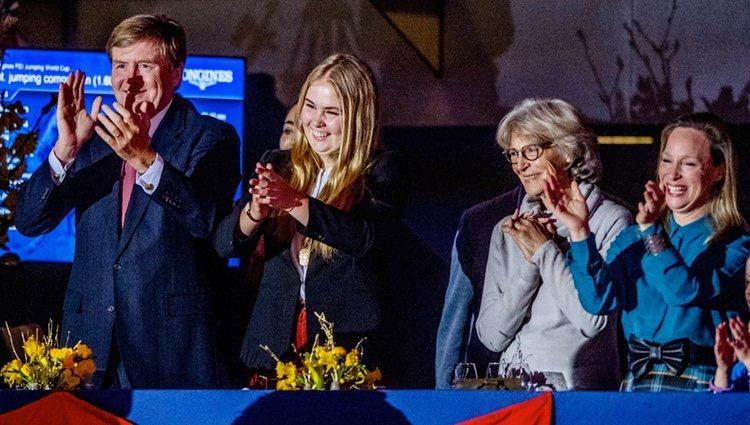Guillermo Alejandro de Holanda, Amalia de Holanda, Irene de Holanda y Margarita de Borbón-Parma en el Concurso de Saltos de Amsterdam