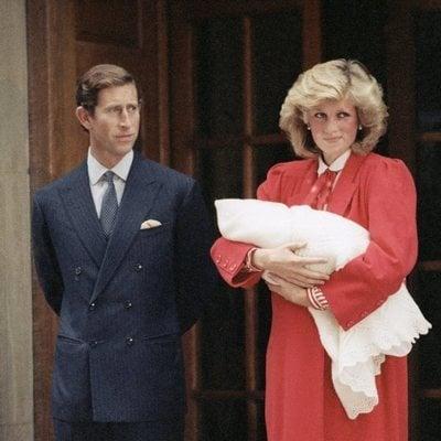 El Príncipe Carlos y Lady Di con el Príncipe Harry en su presentación