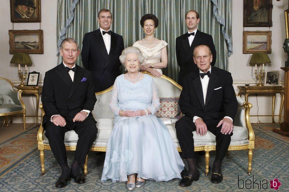 La Reina Isabel y el Duque de Edimburgo con sus cuatro hijos en sus bodas de diamante