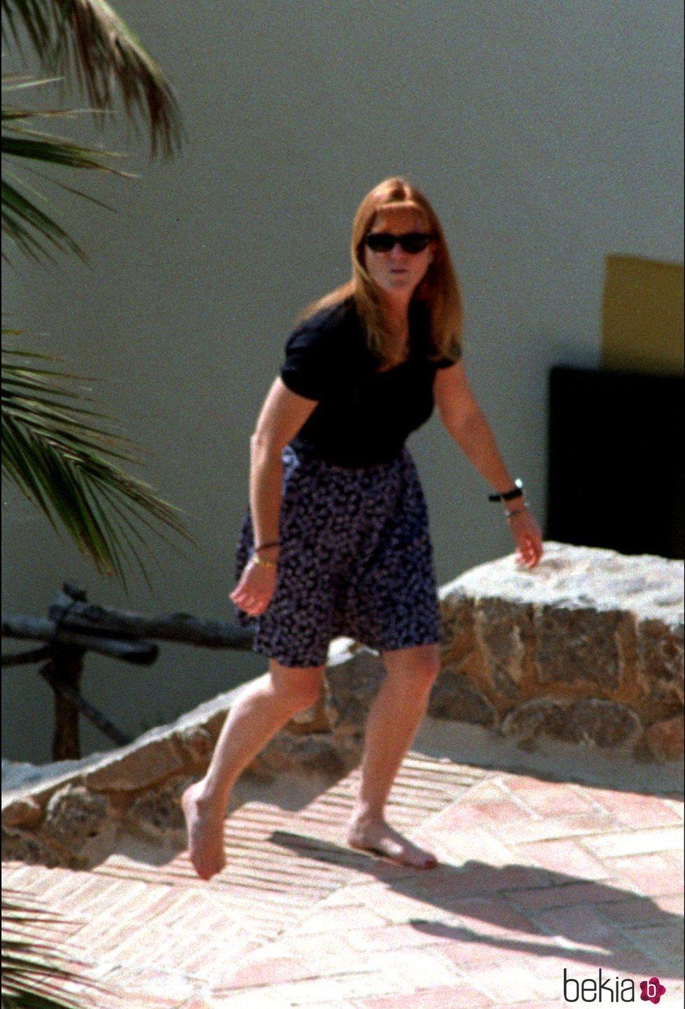 Sarah Ferguson camina descalza por Mallorca