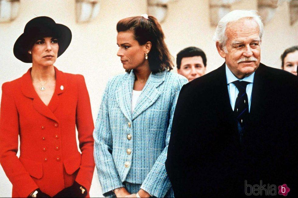 Rainiero de Mónaco con sus hijas Carolina y Estefanía de Mónaco
