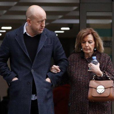 María Teresa Campos y su chófer Gustavo saliendo de una revisión médica