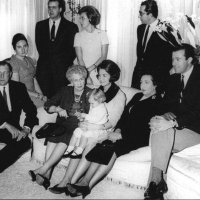 La Reina Victoria Eugenia acompañada de los Condes de Barcelona y varios de sus nietos