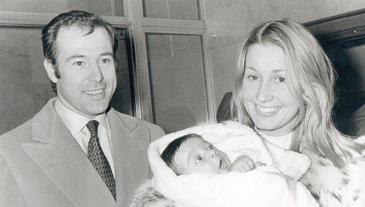 Alfonso de Borbón y Carmen Martínez-Bordiú con su hijo Francisco de Asís