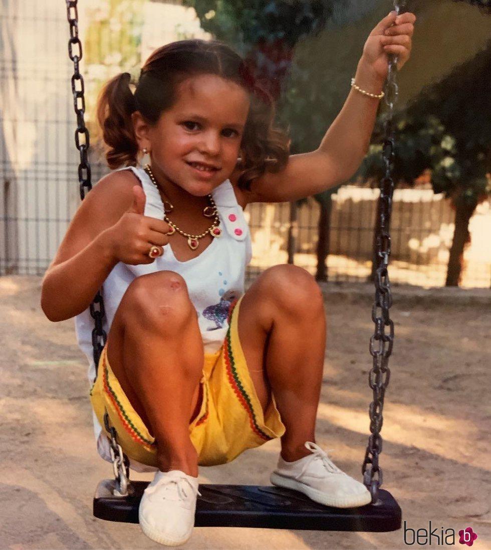 Rosalía cuando era una niña posando muy presumida