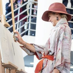 Máxima de Holanda pintando un grafitti en la inauguración de una exposición de Basquiat