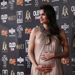Sara Sálamo se toca la tripita de embarazada en la alfombra roja de los Premios Goya 2019